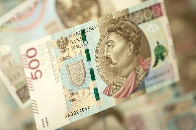 Средняя заработная платав Польше снизилась до 913 евро