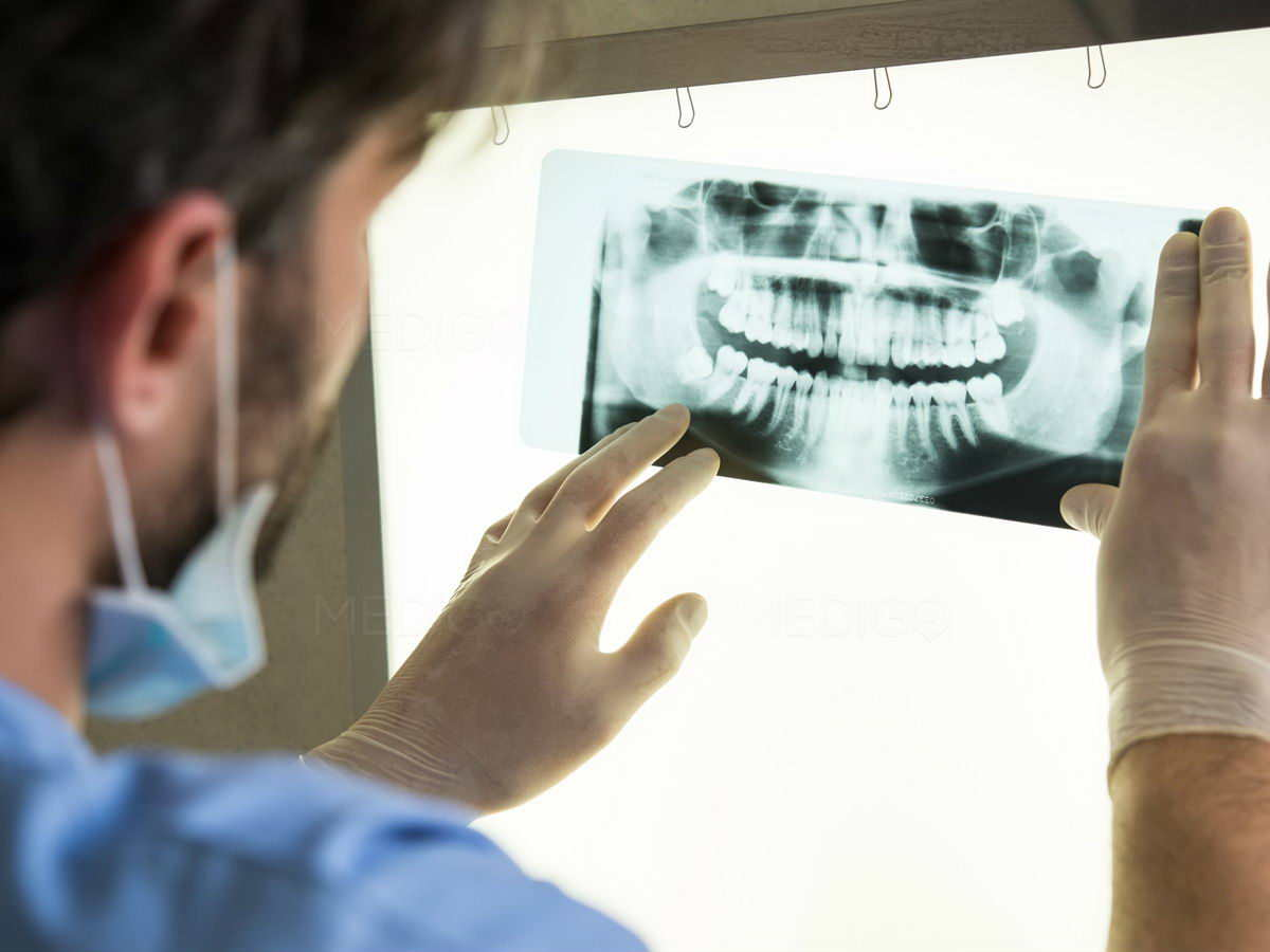 Великобритания не будет проводить неэтичные стоматологические проверки для определения возраста иммигрантов