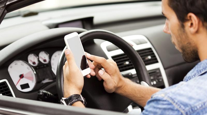 В Калифорнии запретили использование мобильного телефона во время вождения