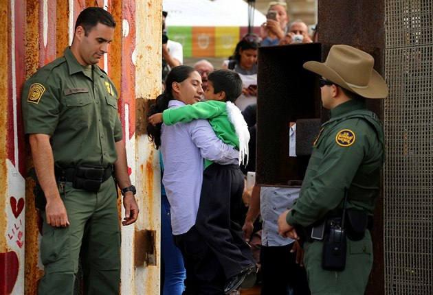 Американские чиновники разделяют детей беженцев и их родителей прямо на границе США