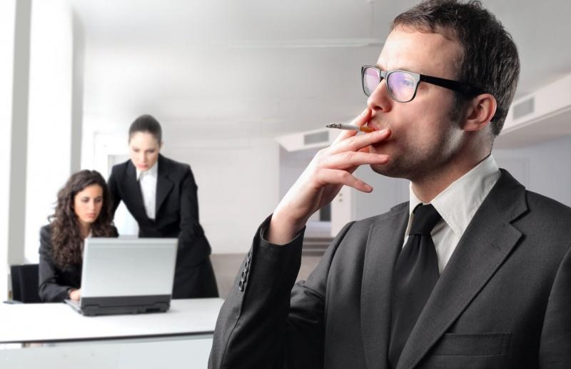 В Польше курильщиков хотят заставить отрабатывать время перекуров