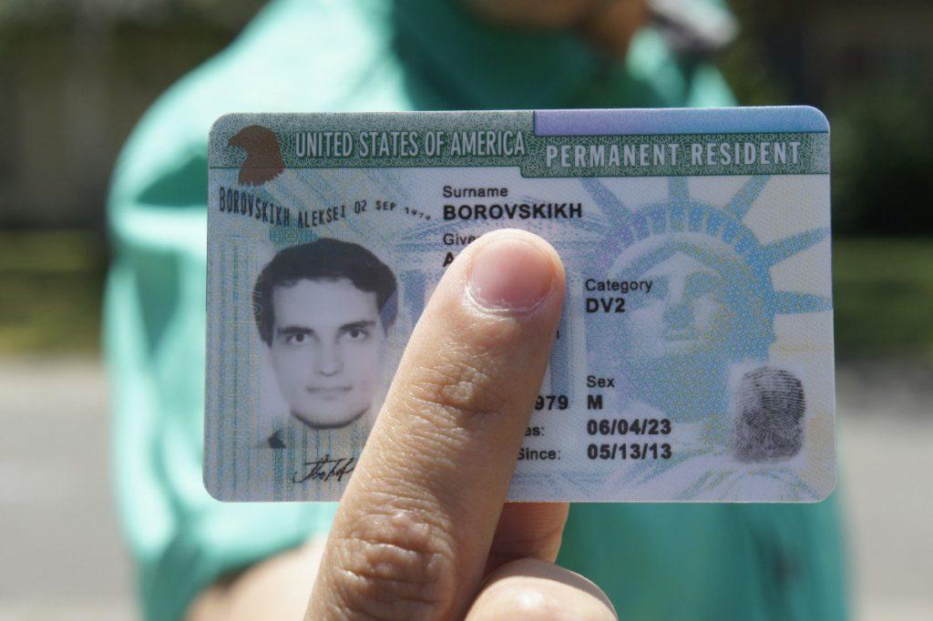 Иммиграционная служба США отзовет 8 543 грин-карт