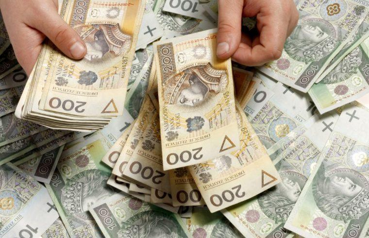 Правительство Польши хочет повысить минимальную заработную плату до 2 220 злотых