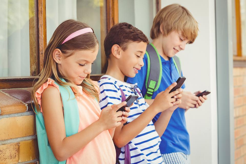 Франция запретит мобильные телефоны в школах с сентября