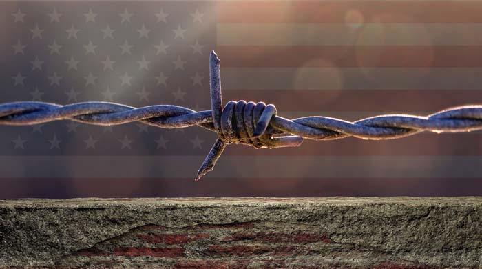 Мигранты пытаются прорваться на территорию США