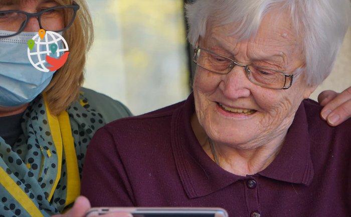 Жителям домов престарелых Онтарио разрешили обниматься